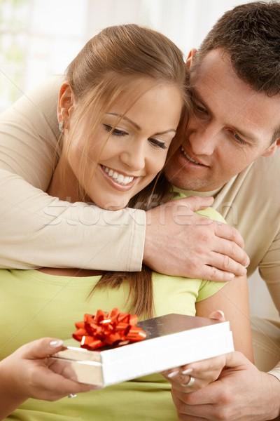 Stock fotó: Boldog · pár · ajándék · portré · átkarol · lefelé · néz