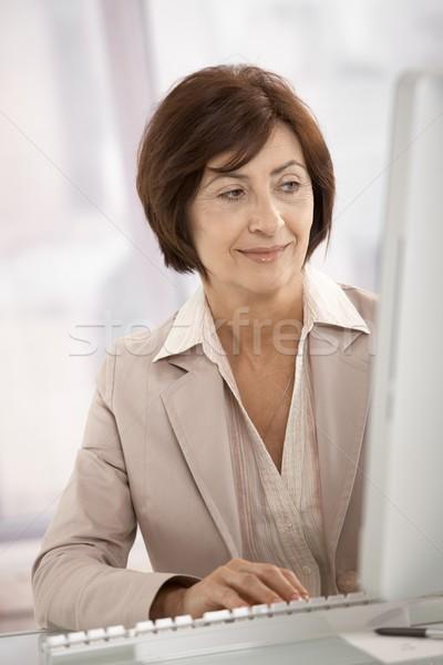 Foto stock: Sonriendo · mujer · de · negocios · oficina · negocios