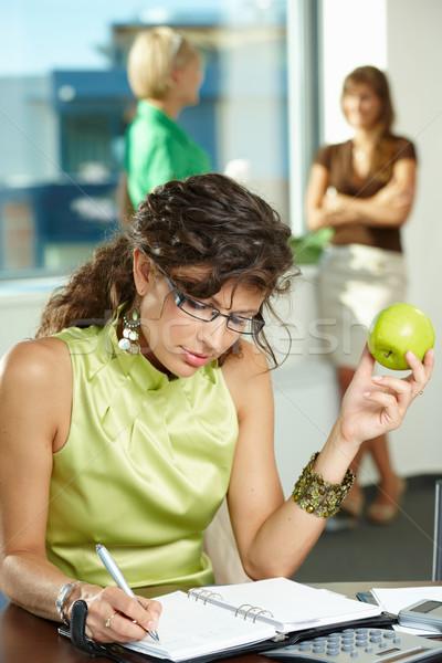 Foto stock: Jóvenes · mujer · de · negocios · escrito · sesión · escritorio · oficina