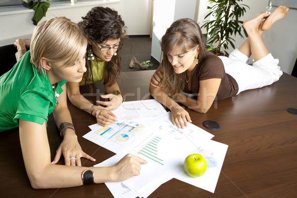 Business Geschäftsfrauen Tabelle Tagungsraum Stock foto © nyul