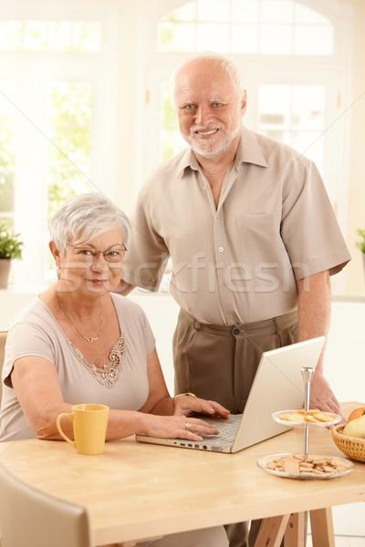Stockfoto: Portret · laptop · vrouw · typen · toetsenbord