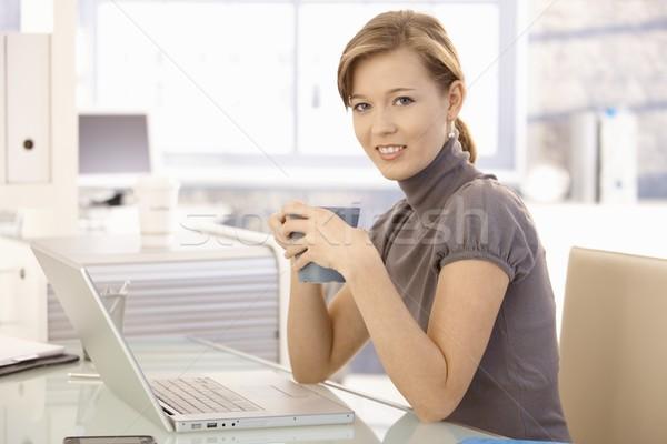 Stockfoto: Jonge · zakenvrouw · drinken · thee · kantoor · aantrekkelijk