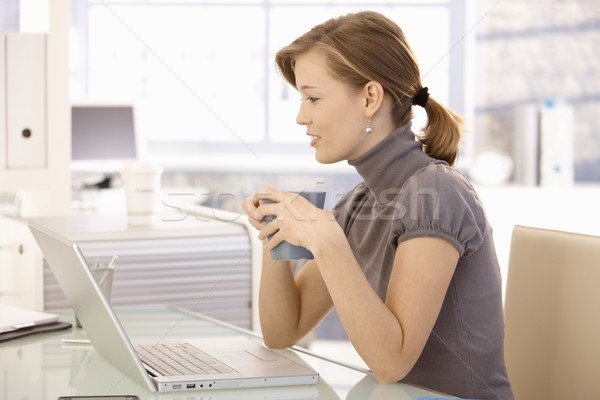 Stok fotoğraf: çekici · ofis · çalışanı · içme · çay · büro · oturma
