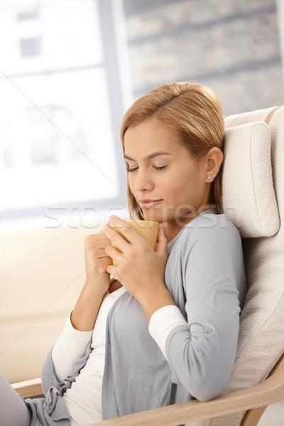 Stockfoto: Jonge · vrouw · thee · fauteuil · sluiten