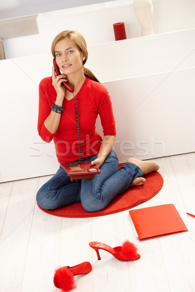 Giovani femminile parlando telefono rosso pullover Foto d'archivio © nyul