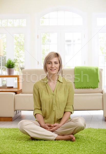 Stok fotoğraf: Kadın · oturma · odası · zemin · mutlu · oturma · bacak · bacak