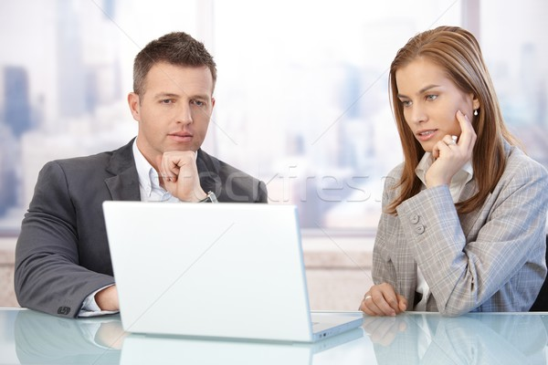 Сток-фото: молодые · рабочих · используя · ноутбук · конференц-зал