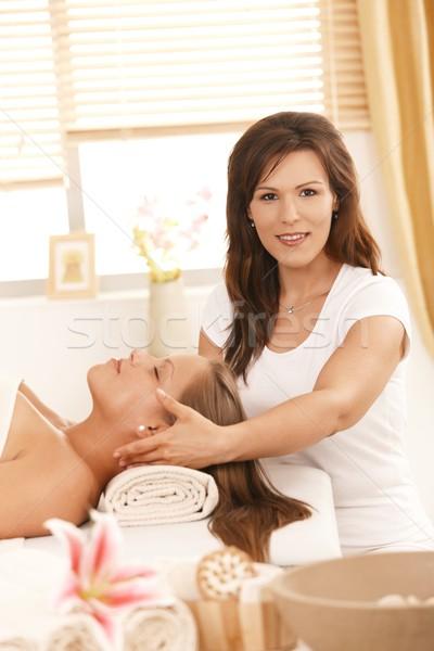 Foto stock: Massagista · massagem · dia · estância · termal · olhando · câmera