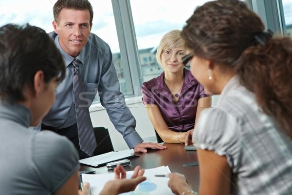 Zakenlieden vergadering kantoor groep jonge praten Stockfoto © nyul