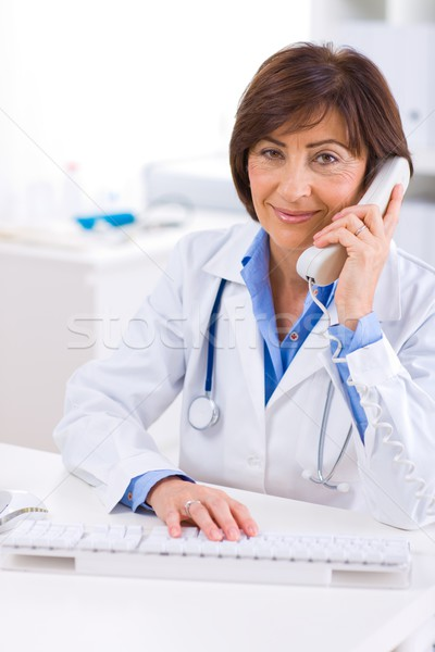 Lekarza wzywając telefonu starszy kobiet uśmiechnięty Zdjęcia stock © nyul