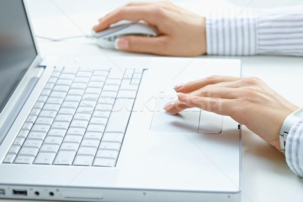 Stok fotoğraf: Kadın · eller · dizüstü · bilgisayar · kullanıyorsanız · el · yazarak · bilgisayar · klavye