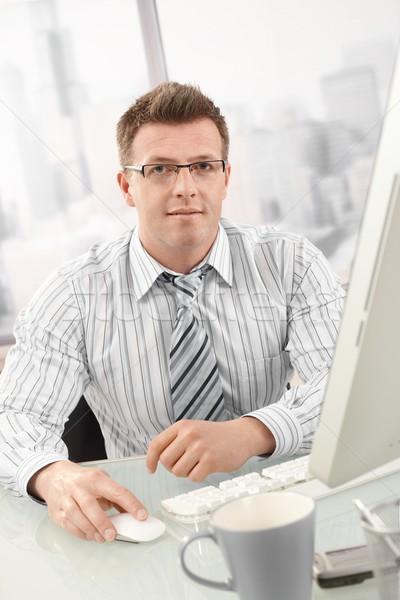 Portré üzletember asztali számítógép néz kamera iroda Stock fotó © nyul