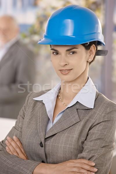 Portré üzletasszony visel munkavédelmi sisak áll keresztbe tett kar Stock fotó © nyul