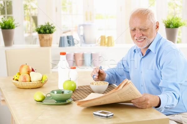Foto stock: Homem · leitura · jornal · cozinha · cereal
