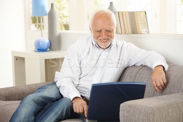 älter Mann lächelnd Bildschirm home Sitzung Stock foto © nyul