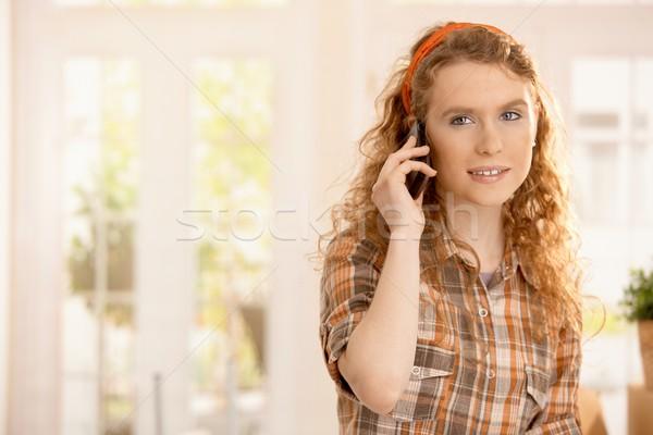 Portret mooie jong meisje home glimlachend mobiele telefoon Stockfoto © nyul