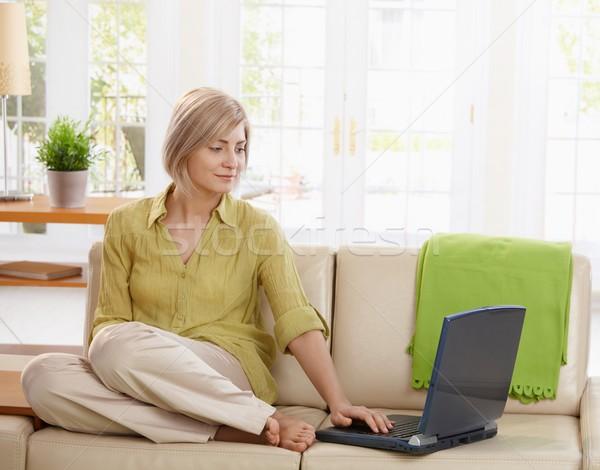 Stok fotoğraf: Kadın · kanepe · oturma · oturma · odası