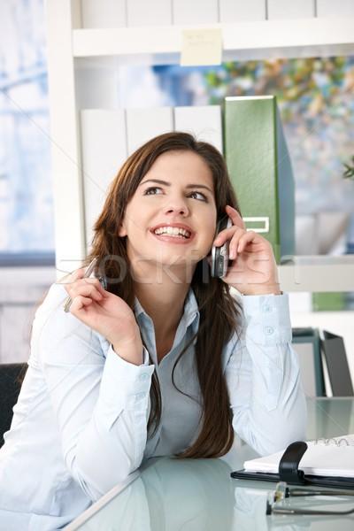 Zdjęcia stock: Dziewczyna · rozmowa · telefoniczna · biuro · atrakcyjna · dziewczyna · posiedzenia
