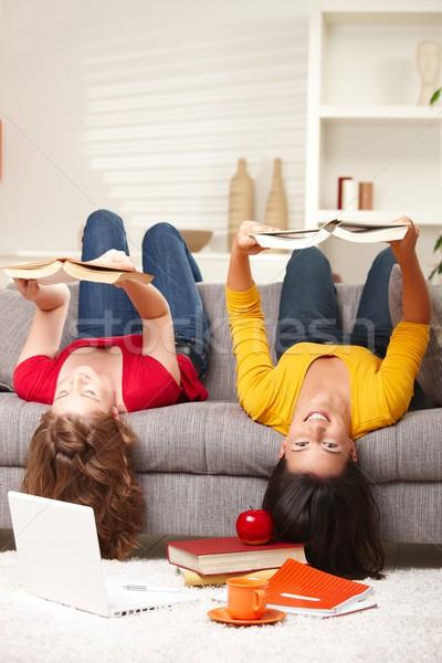 Stock foto: Mädchen · lächelnd · verkehrt · herum · Sofa · Sitzung