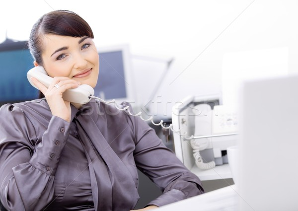 Operatore parlando telefono giovani femminile servizio di assistenza Foto d'archivio © nyul