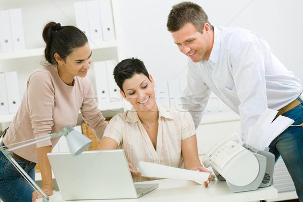 Los trabajadores de oficina de trabajo equipo feliz gente de la oficina lectura Foto stock © nyul