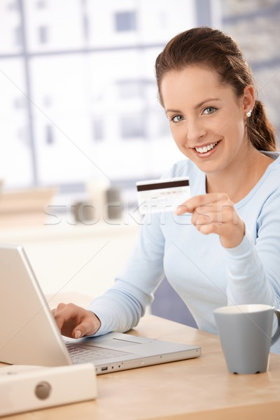 Foto d'archivio: Shopping · internet · sorridere · utilizzando · il · computer · portatile · carta · di · credito