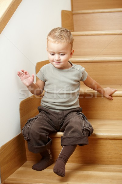 Peu séance escaliers cute garçon souriant Photo stock © nyul