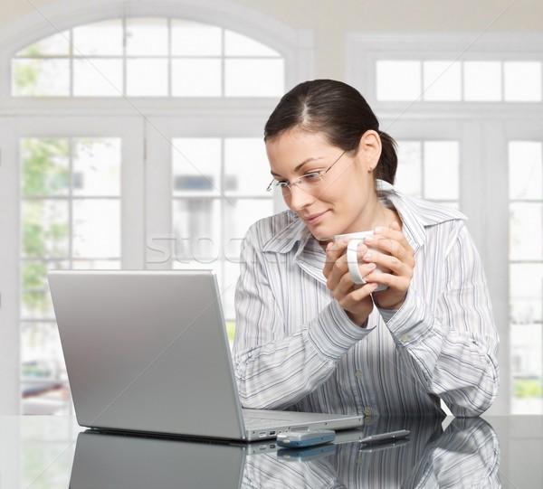 Sabah ev genç kadın dizüstü bilgisayar içecekler Stok fotoğraf © nyul