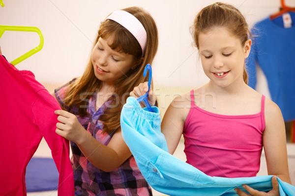 Stock fotó: Portré · lányok · ruházat · otthon · magasra · tart · vállfa
