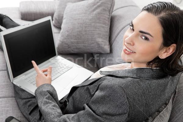 Zakenvrouw vergadering sofa jonge werken laptop computer Stockfoto © nyul