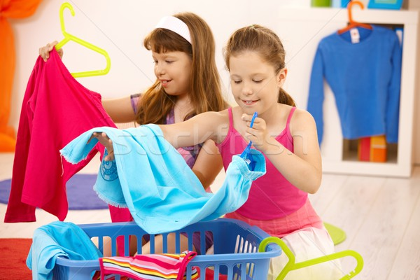 Alunas ajuda trabalhos domésticos roupa longe sorridente Foto stock © nyul