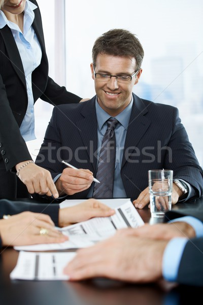 Sonriendo ejecutivo firma contrato oficina ayudante Foto stock © nyul
