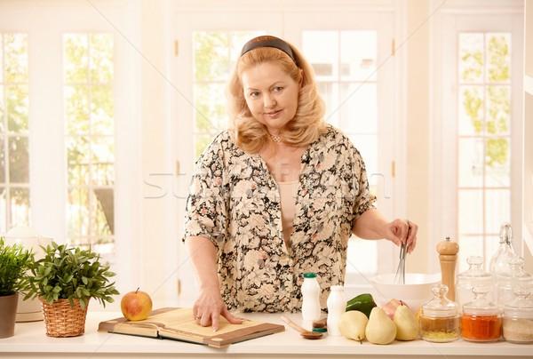 Donna ricetta cucina senior cottura verdura Foto d'archivio © nyul
