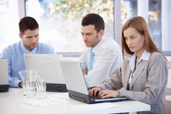 Fiatal üzletemberek dolgozik megbeszélés laptop ül Stock fotó © nyul