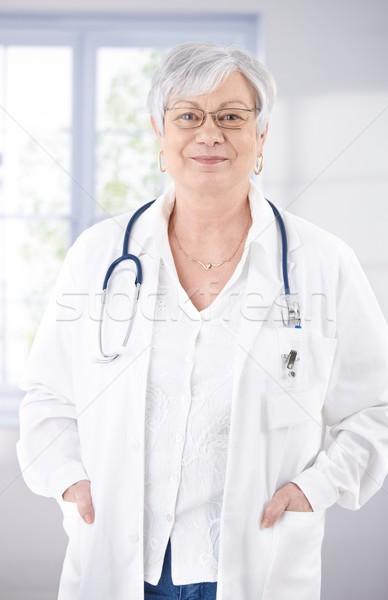 シニア 女性 医師 笑みを浮かべて 病院 立って ストックフォト © nyul
