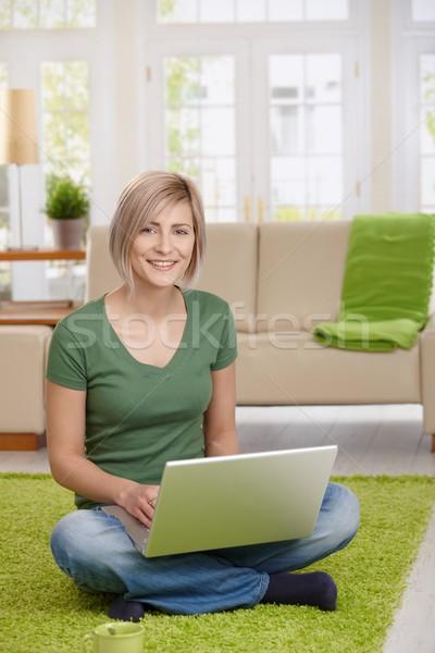 Stock fotó: Boldog · nő · laptop · otthon · ül · padló