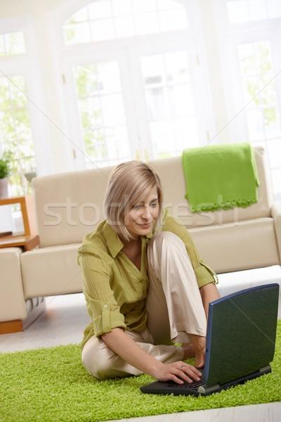 Stok fotoğraf: Kadın · sörf · Internet · bilgisayar · gülümseyen · kadın · dizüstü · bilgisayar