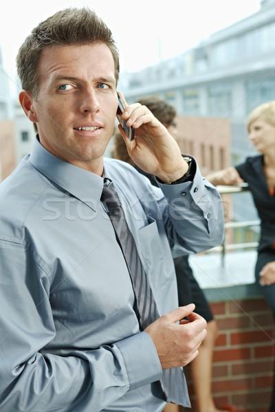 Foto stock: Empresário · telefone · móvel · pessoas · de · negócios · falante · terraço · ao · ar · livre