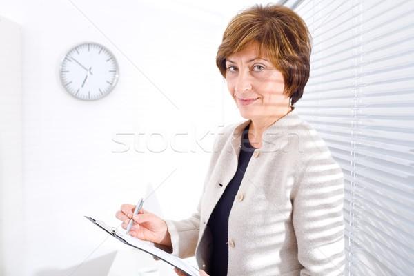Dojrzały kobieta interesu biuro pracy dokumentu uśmiechnięty Zdjęcia stock © nyul