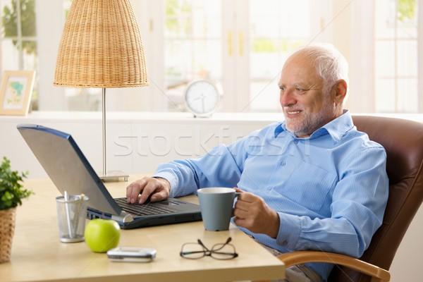 ストックフォト: 笑みを浮かべて · シニア · 男 · ラップトップを使用して · 入力 · キーボード