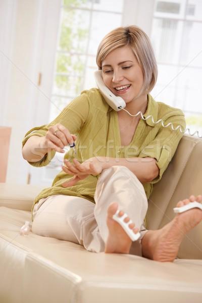 Glimlachende vrouw nagellak aantrekkelijke vrouw glimlachend praten telefoon Stockfoto © nyul