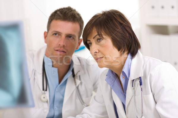 Medici guardando Xray immagine ufficio faccia Foto d'archivio © nyul