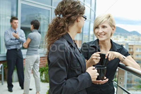 Işkadınları konuşma açık kırmak ofis teras Stok fotoğraf © nyul