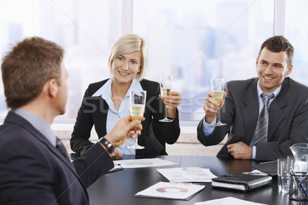 Stockfoto: Zakenlieden · vieren · champagne · gelukkig · jonge · vergadering