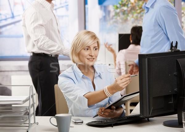 Сток-фото: деловая · женщина · рабочих · служба · молодые · данные · экране