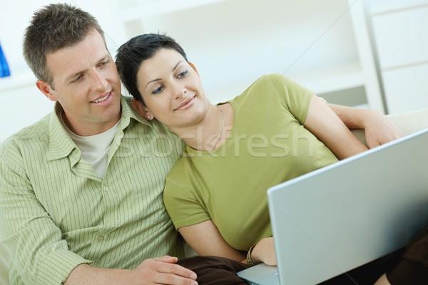 Stok fotoğraf: çift · dizüstü · bilgisayar · kullanıyorsanız · ev · oturma · kanepe