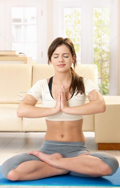 Stockfoto: Jonge · vrouw · mediteren · home · glimlachend · Blauw · vloer