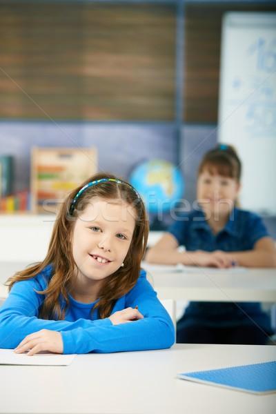 Stockfoto: Gelukkig · schoolmeisjes · klas · vergadering · bureau