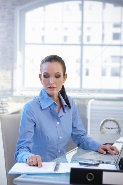 Photo stock: Femme · d'affaires · travail · bureau · occupés · documents
