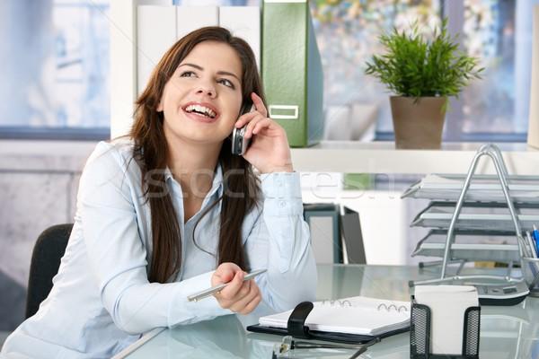 Zdjęcia stock: Dziewczyna · śmiechem · telefonu · posiedzenia · biuro